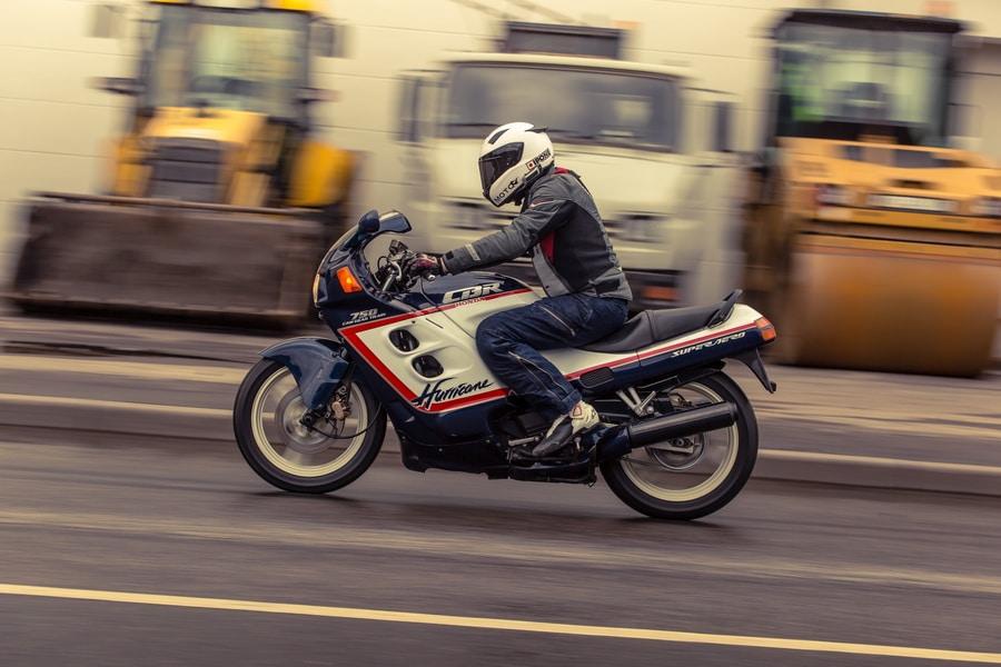 Езда на мотоцикле во время сильного бокового ветра
