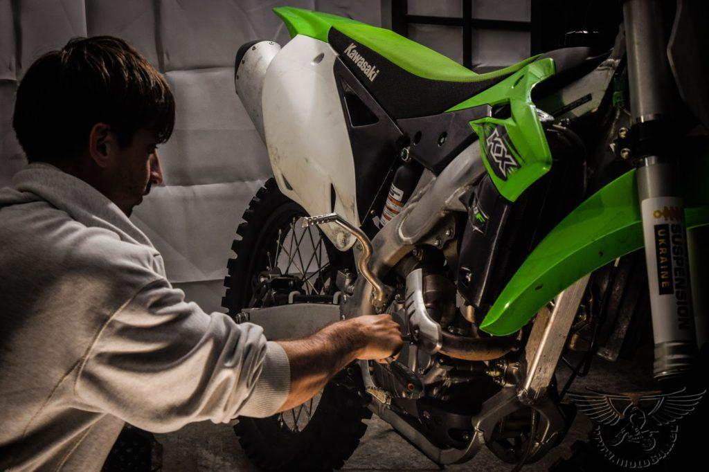 Снятие масляного фильтра мотоцикла