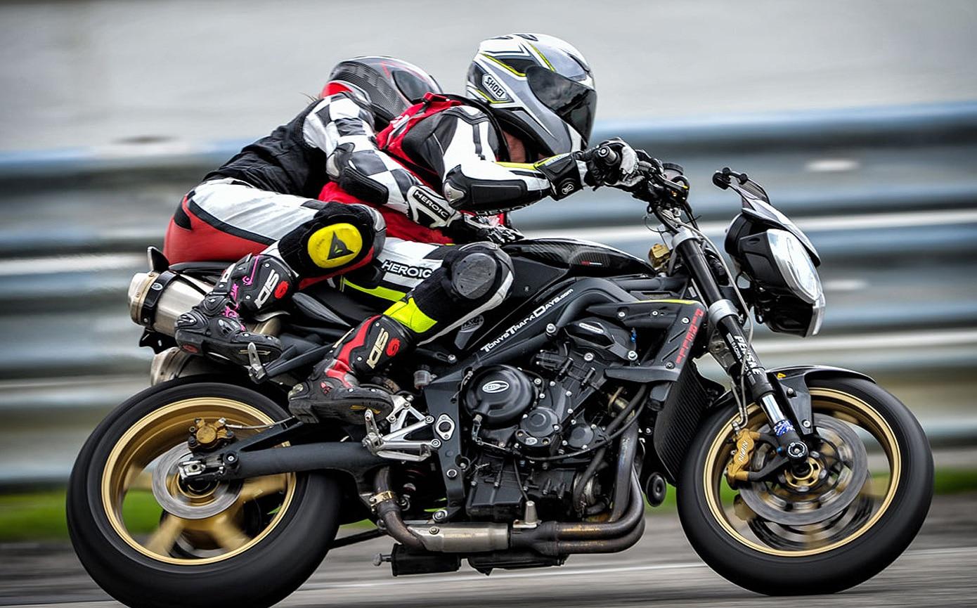 Поездка вдвоем на спортивном мотоцикле